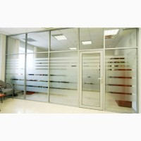 Офисная перегородка с остеклением и дверью из алюминия